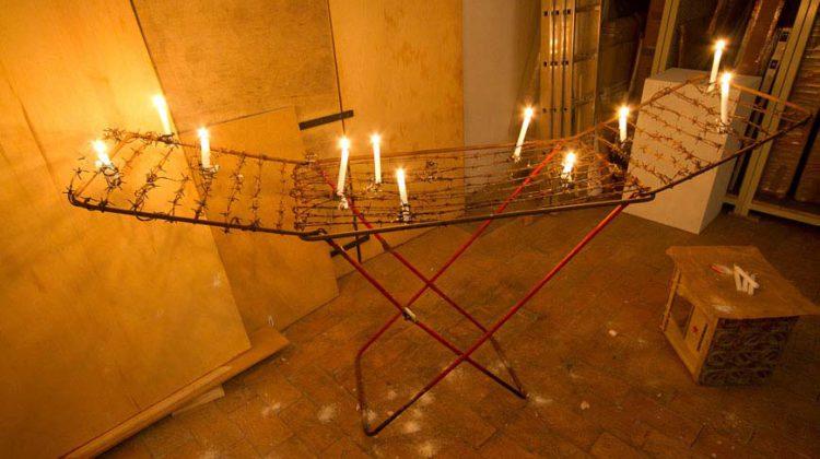 """Bruna Esposito - """"Panni sporchi""""-  1992-93 - Stendino, filo spinato, candele, fiammiferi Dimensioni variabili"""