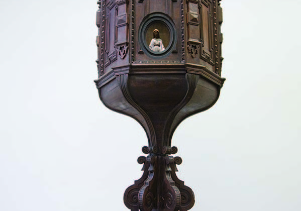 Mat Collishaw -  Chiasmus -  2007 - Wood, steel, plaster, silk, mirror, security camera, projector 246 x 110 x 110 cm