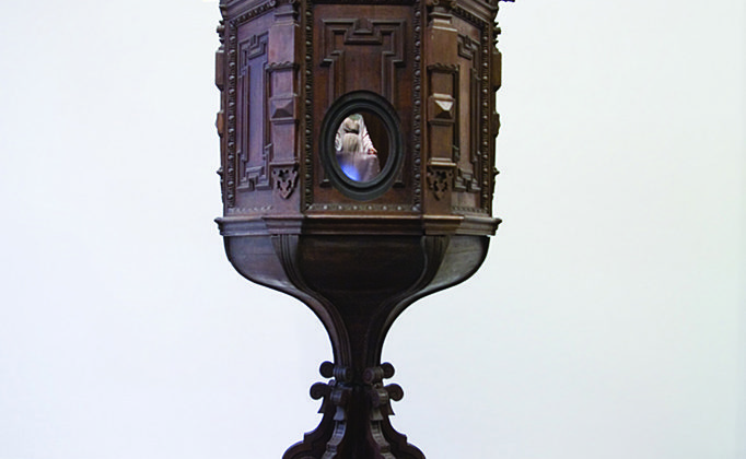 Mat Collishaw - Chiasmus - 2007 - Wood, steel, plaster, silk, mirror, security camera, projector - 246 x 110 x 110 cm